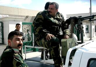 戦闘車に乗る軍人