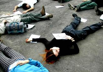 戦闘をとめるために横たわる人々
