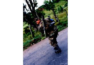 背中を向ける軍人