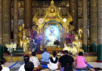 寺院で参拝するミャンマーの人々