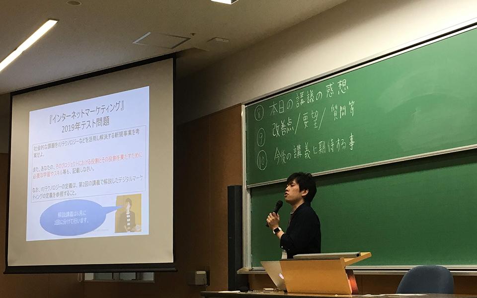 大学での講義風景中(この年はテクノロジーを活用した新規事業提案書作成をテスト課題といたしました。)