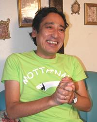 『MOTTAINAI』プロジェクトTシャツ を着て語るルー氏。